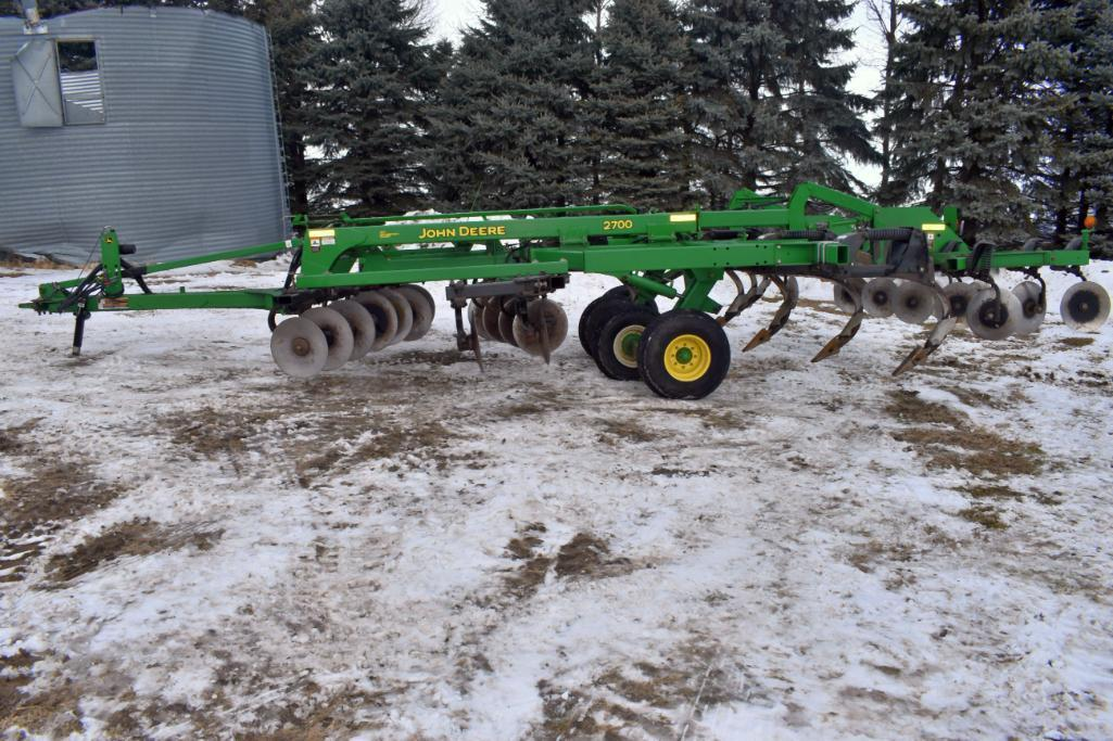 john-deere-2700-7-shank-ripper-30-spacings-hydraulic-fold-wing-double-disc-front-rear-disc-levelers-single-point-depth-control-walking-tandems-sn-n02700x008411