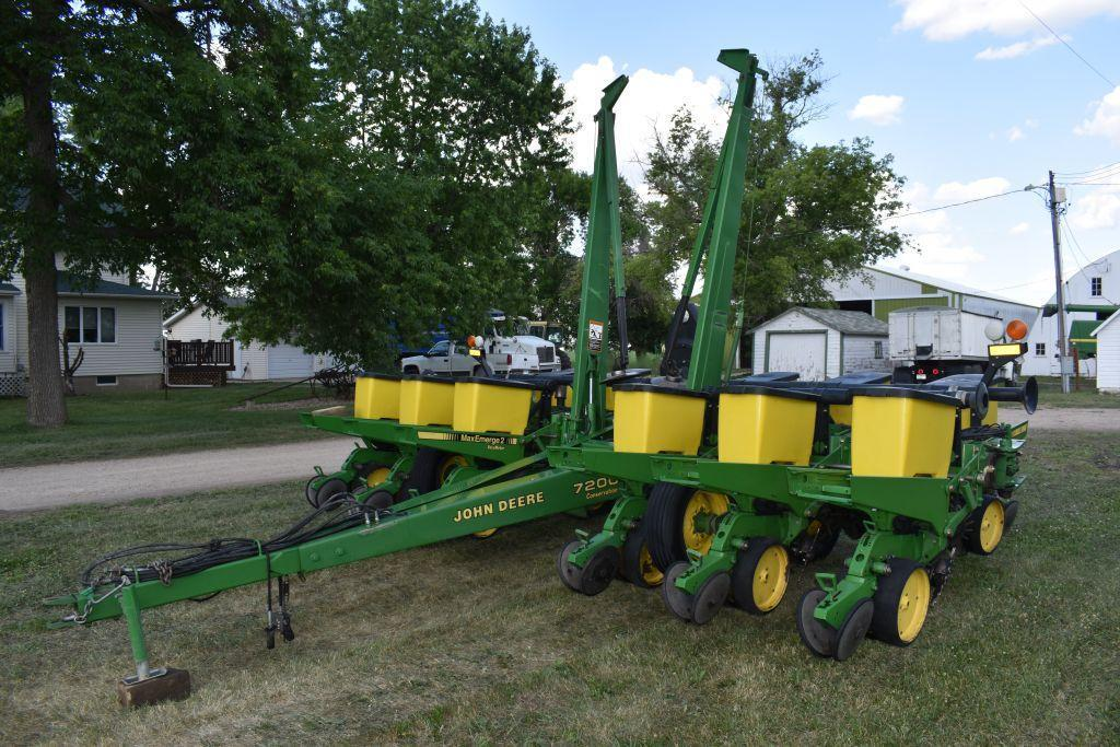 john-deere-7200-planter-max-emerge-2-vacuum-12-row-30-front-fold-yetter-row-cleaners-corn