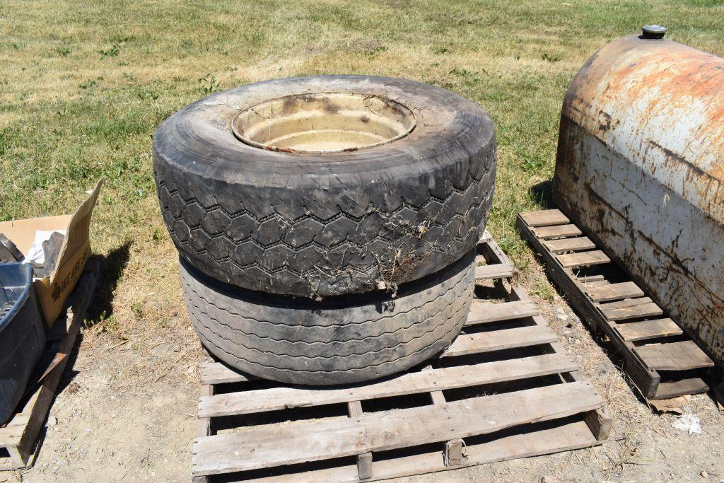 425-65r22-5-tires-on-8-bolt-rims-one-tire-off-the-bead