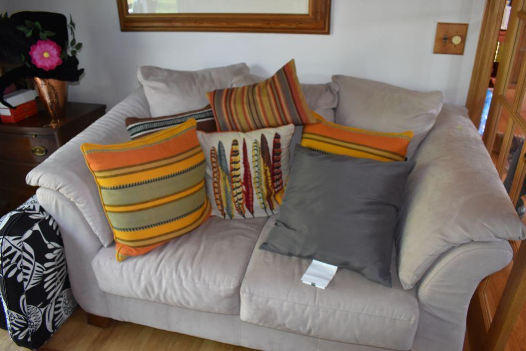 microfiber-seat-with-pillows