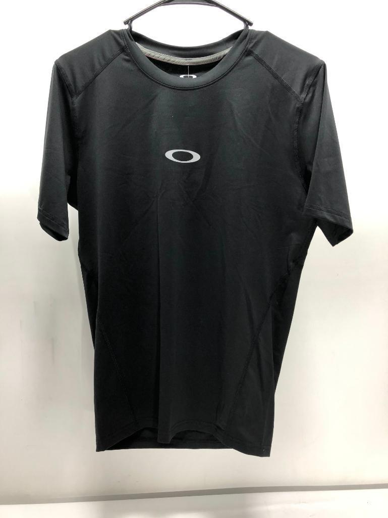 lot-of-2-items-1-oakley-large-white-motion-ss-top-1-oakley-large-black-motion-ss-compression-top