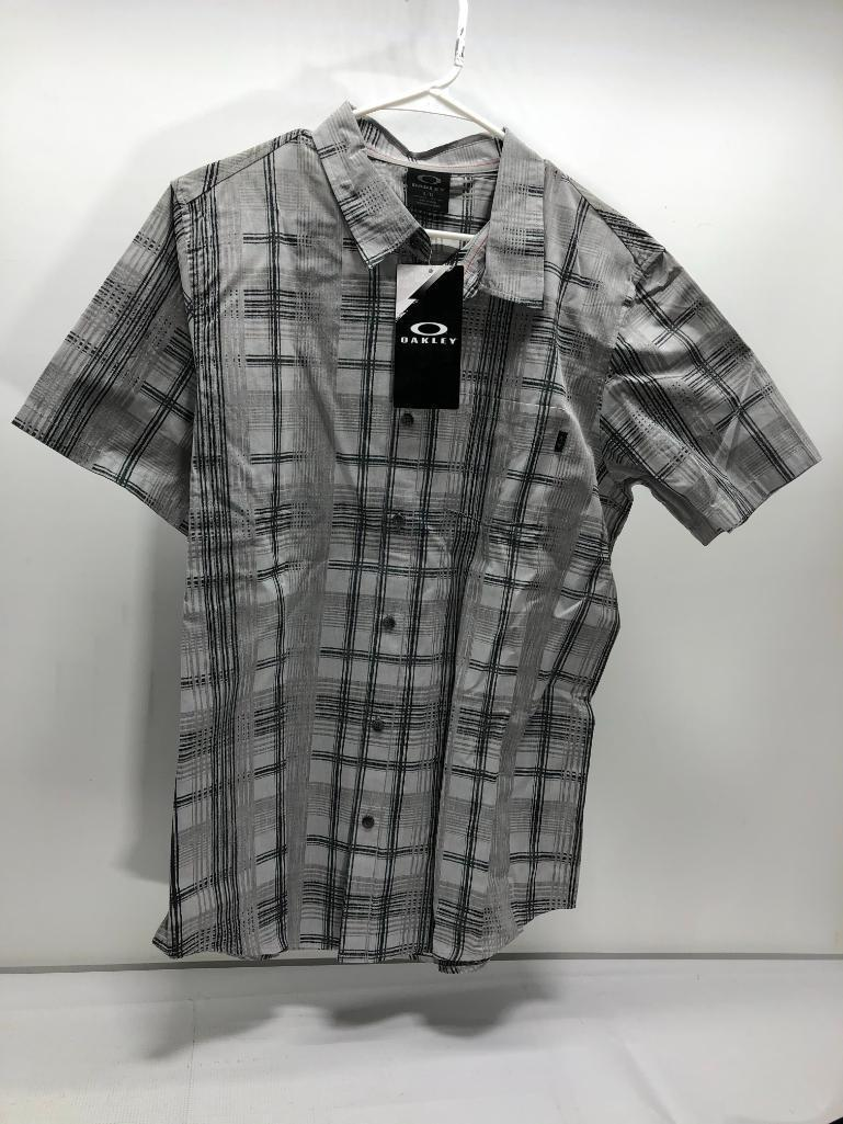 lot-of-2-items-1-oakley-large-gridlock-woven-button-up-1-oakley-large-black-motion-ss-top