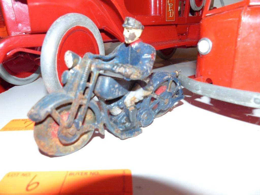 DIE CAST POLICE MAN/ MOTORCYCLE COLLECTIBLE TOY
