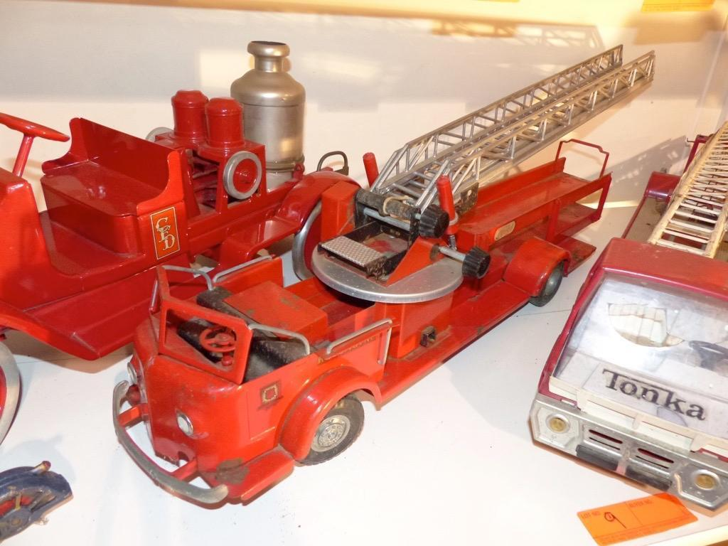 METAL TOY FIRE ENGINE COLLECTIBLE TOY