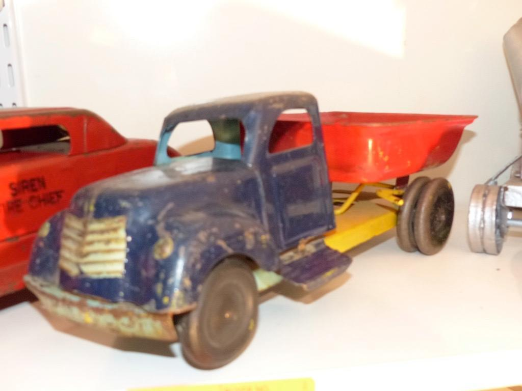 METAL TOY DUMP TRUCK COLLECTIBLE TOY