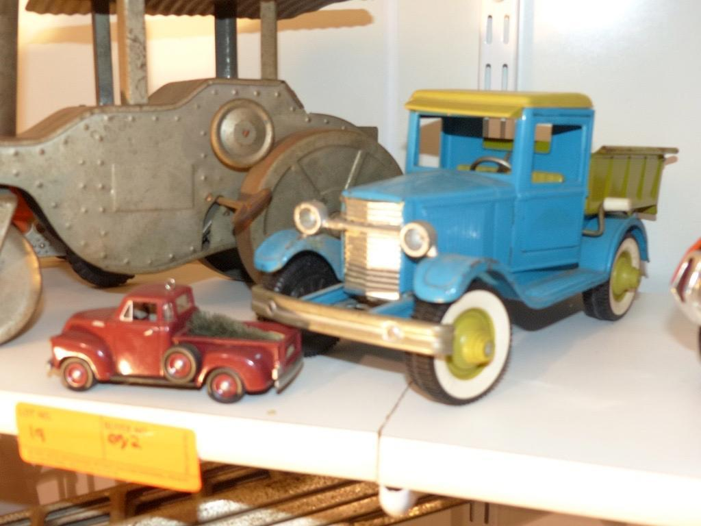 (2) TOY TRUCKS COLLECTIBLE TOY